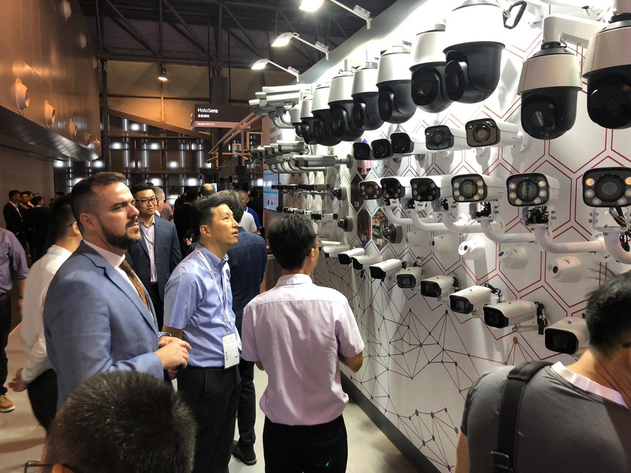Na China, Gustavo Mendanha conhece tecnologias que ajudarão na segurança de Aparecida de Goiânia