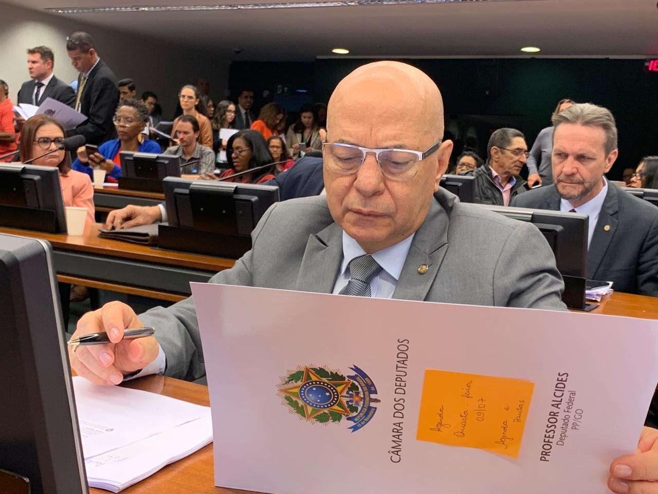 Professor Alcides cobra conclusão de obras na área da educação