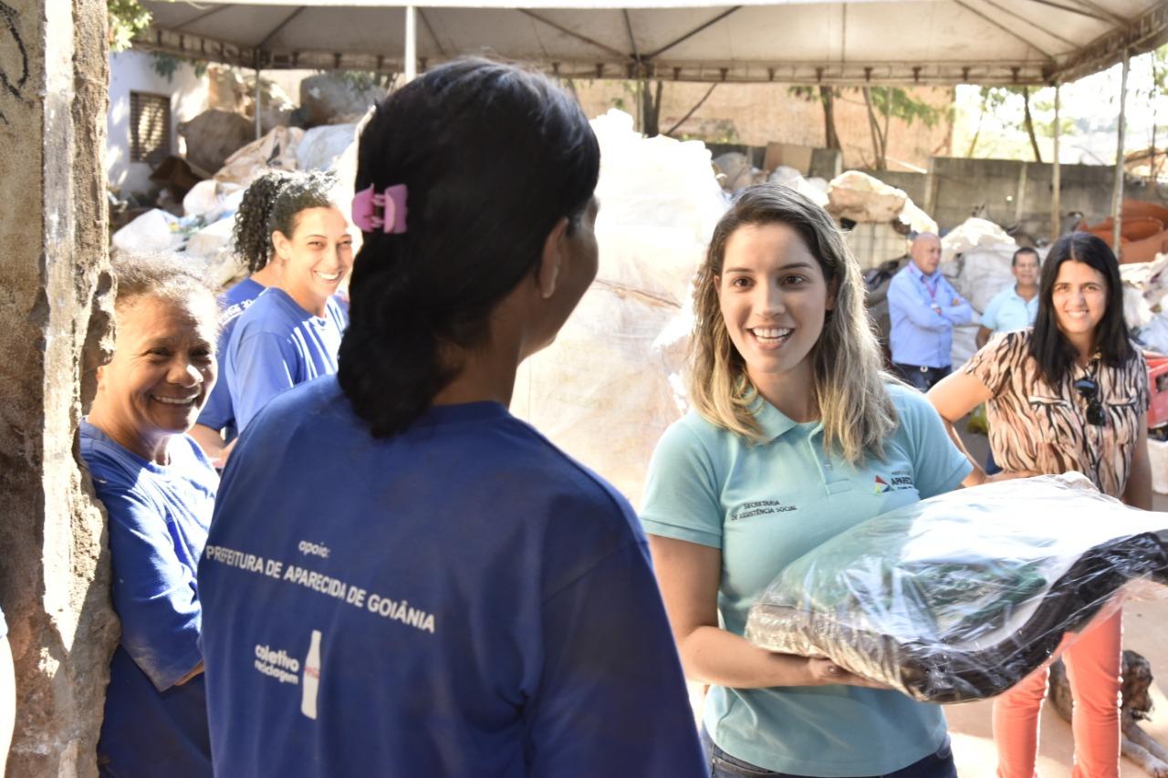Campanha entrega cobertores e agasalhos para mulheres de cooperativa de reciclagem de Aparecida
