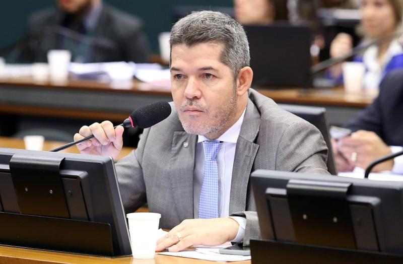 """Na Câmara, Delegado Waldir  chama estudantes de """"maconheiros"""""""