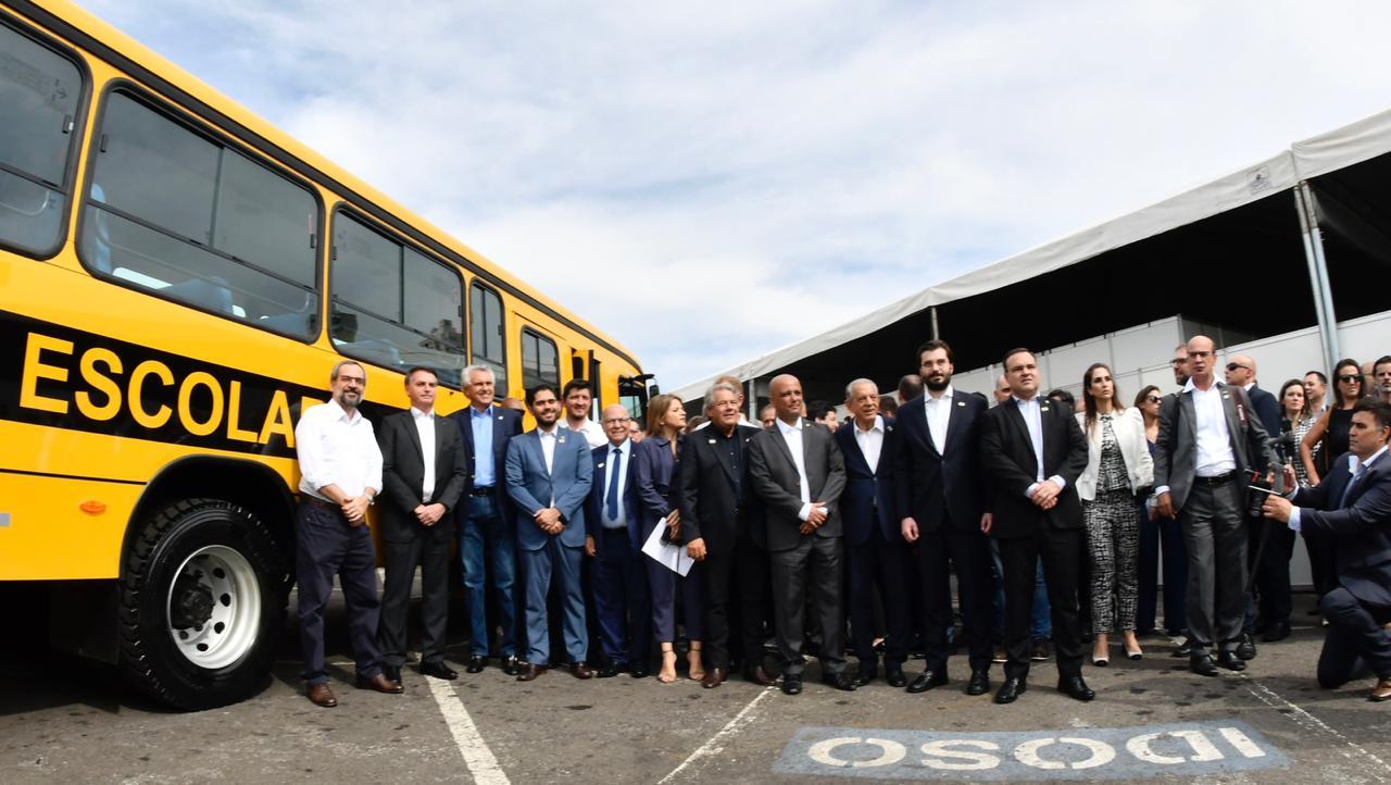Bolsonaro e Caiado entregam 214 �nibus e beneficiam mais de 15 mil estudantes goianos