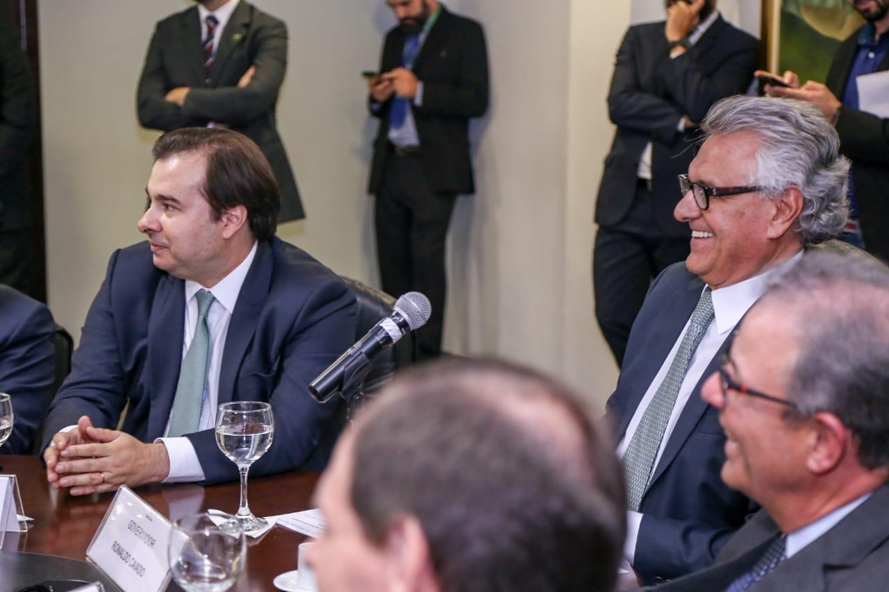 Governador assina acordo com Enel para acabar com crise energ�tica em Goi�s
