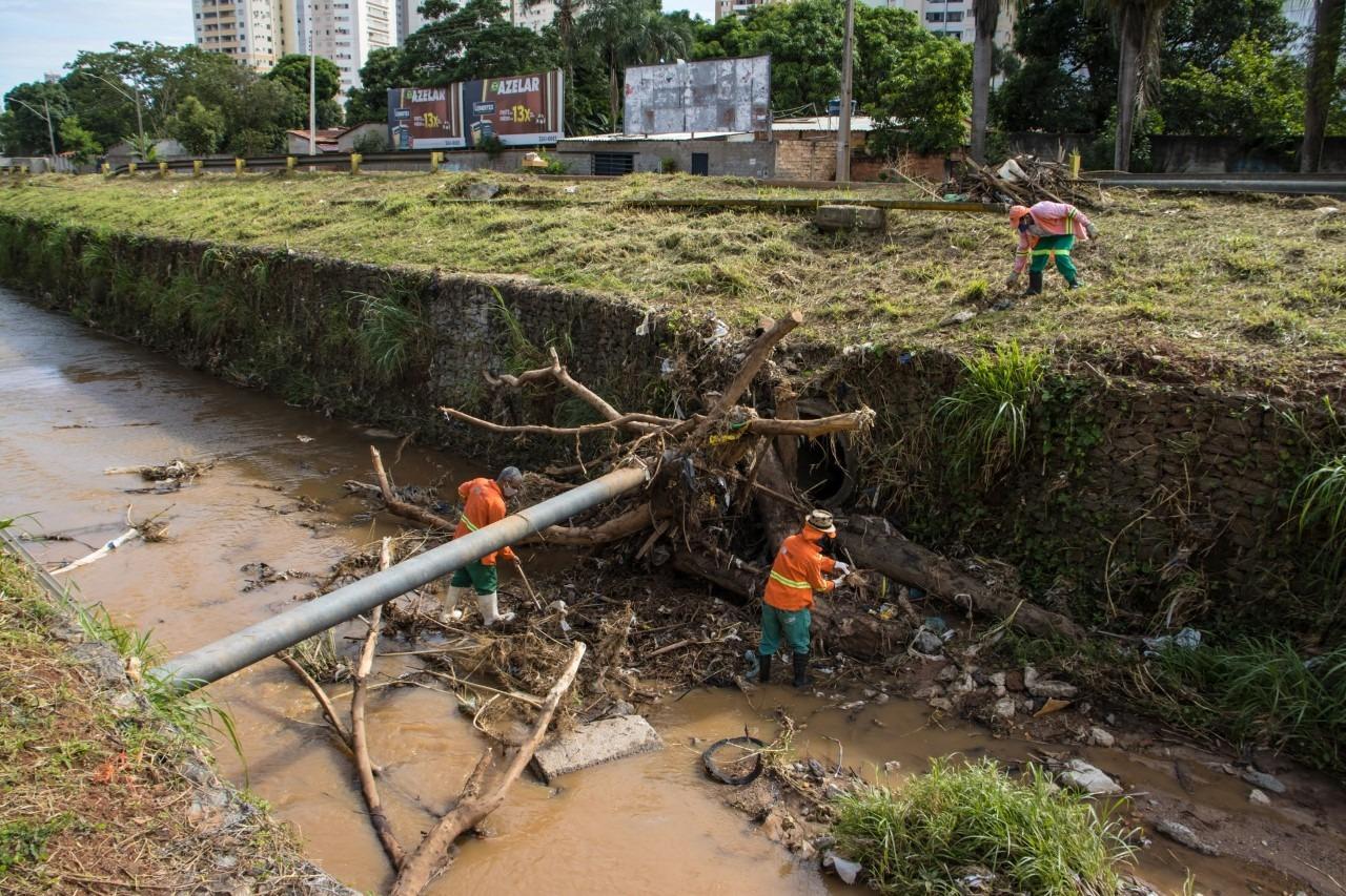 Prefeitura de Goi�nia realiza limpeza de c�rregos e vias