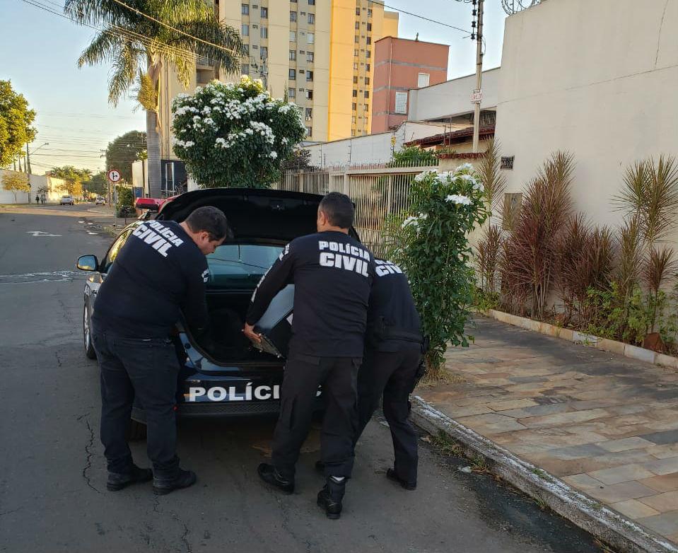 Pol�cia cumpre mandados de busca e apreens�o em casas de empres�rios da constru��o civil