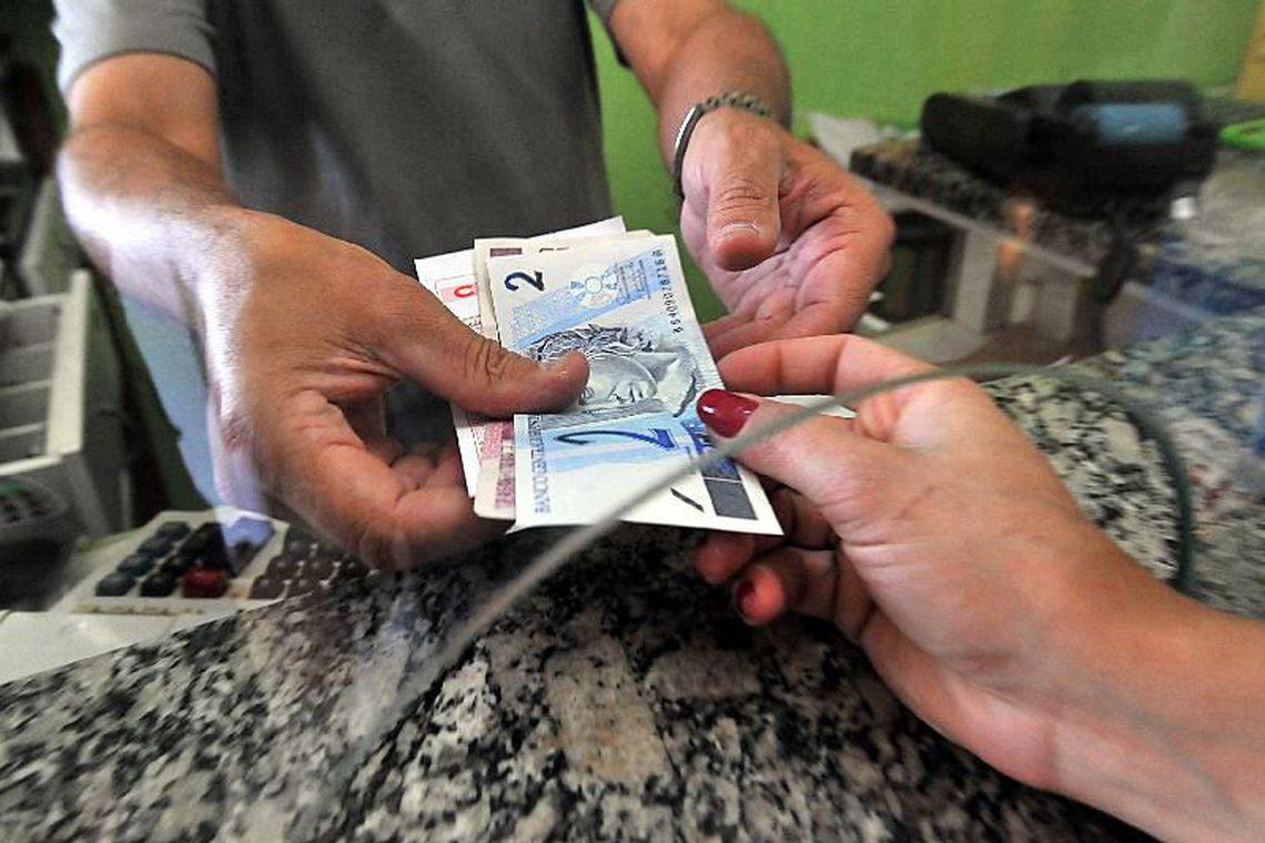 Quase 10 milh�es de pessoas usar�o dinheiro do FGTS para pagar d�vidas