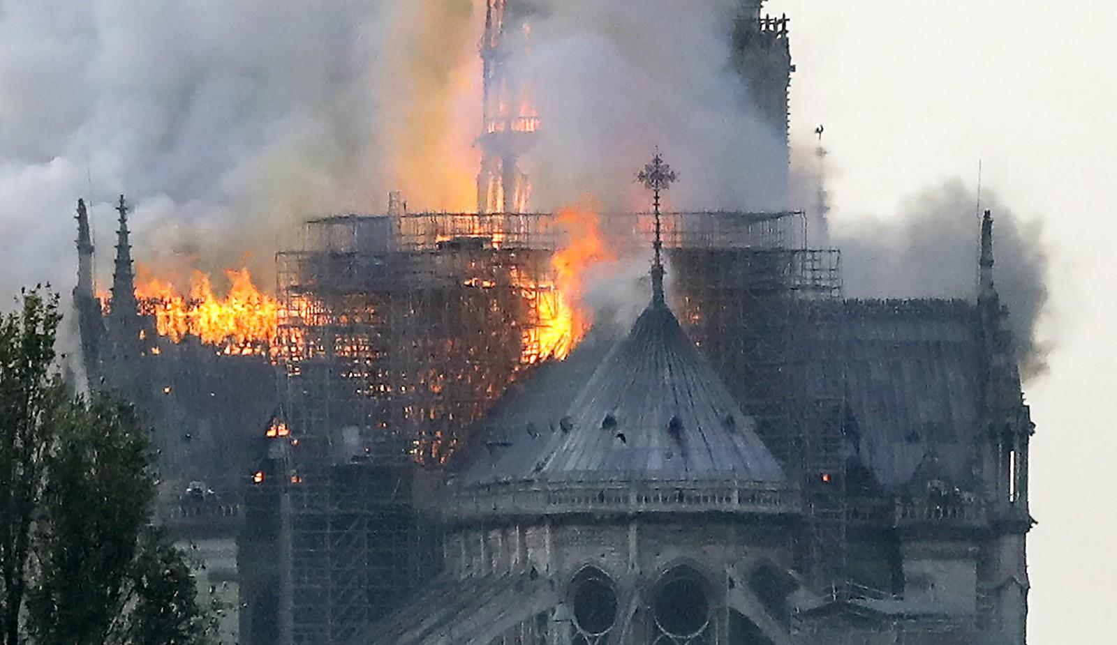 Inc�ndio atinge catedral de Notre Dame, em Paris