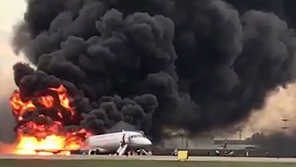 Incêndio em avião que fez pouso de emergência deixa 41 mortos em Moscou