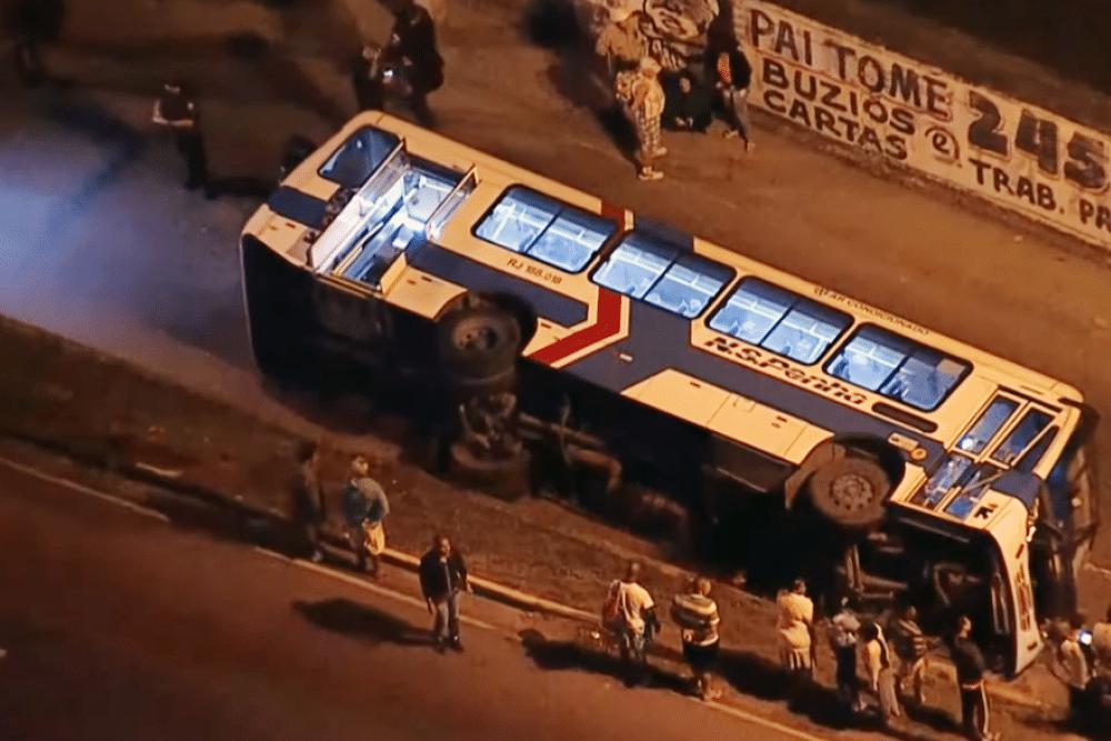 �nibus cai de viaduto no Rio e deixa 14 feridos