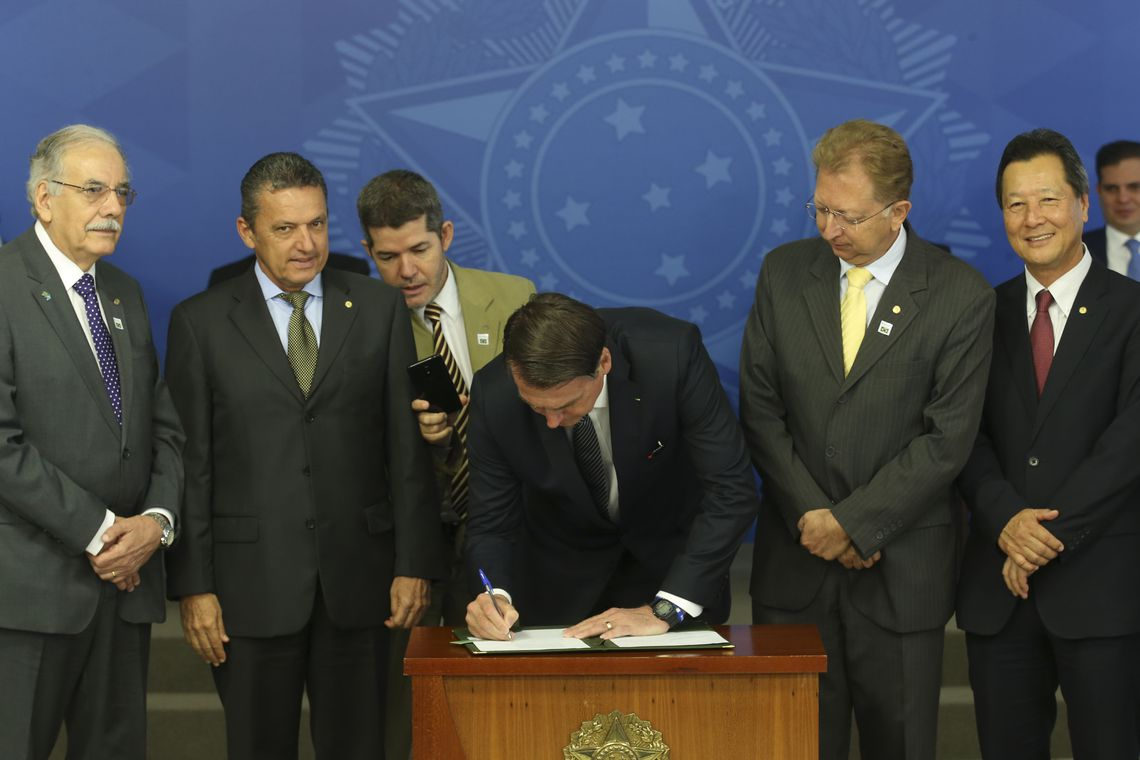 Bolsonaro extingue horário de verão