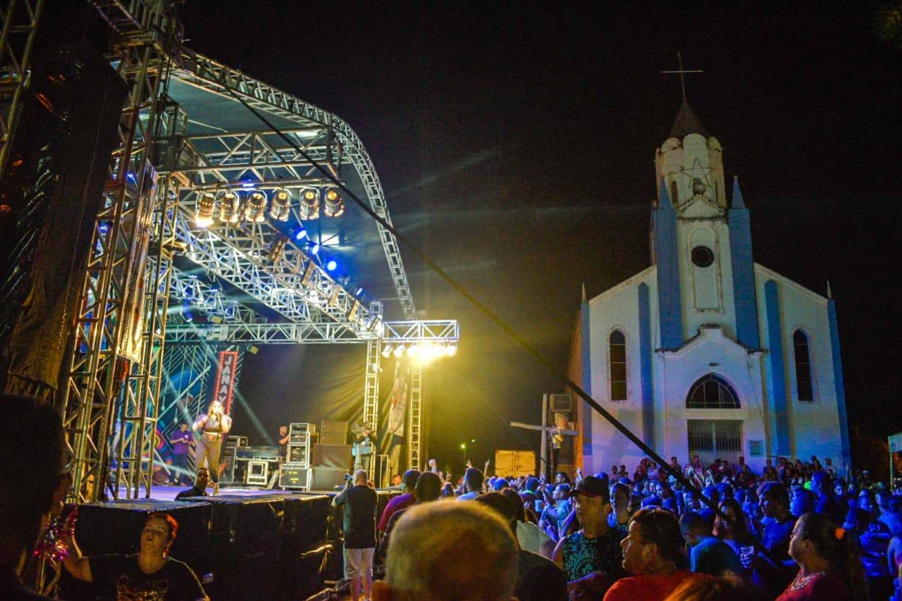 Urutaí encerra carnaval com show da cantora Janaynna