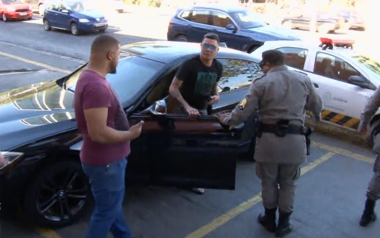 Felipe Ara�jo � detido por dirigir sem CNH