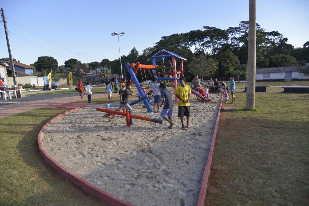 Com playground e pista de caminhada novo espaço de lazer é entregue à população do Parque Atalaia