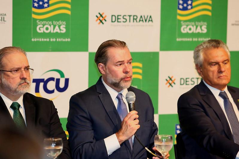 Caiado e Dias Toffoli lan�am programa para retomar obras federais paradas