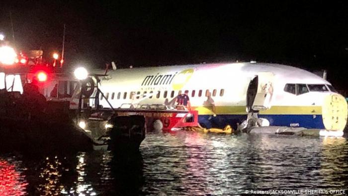 Boeing 737 sai da pista e cai em rio na Flórida