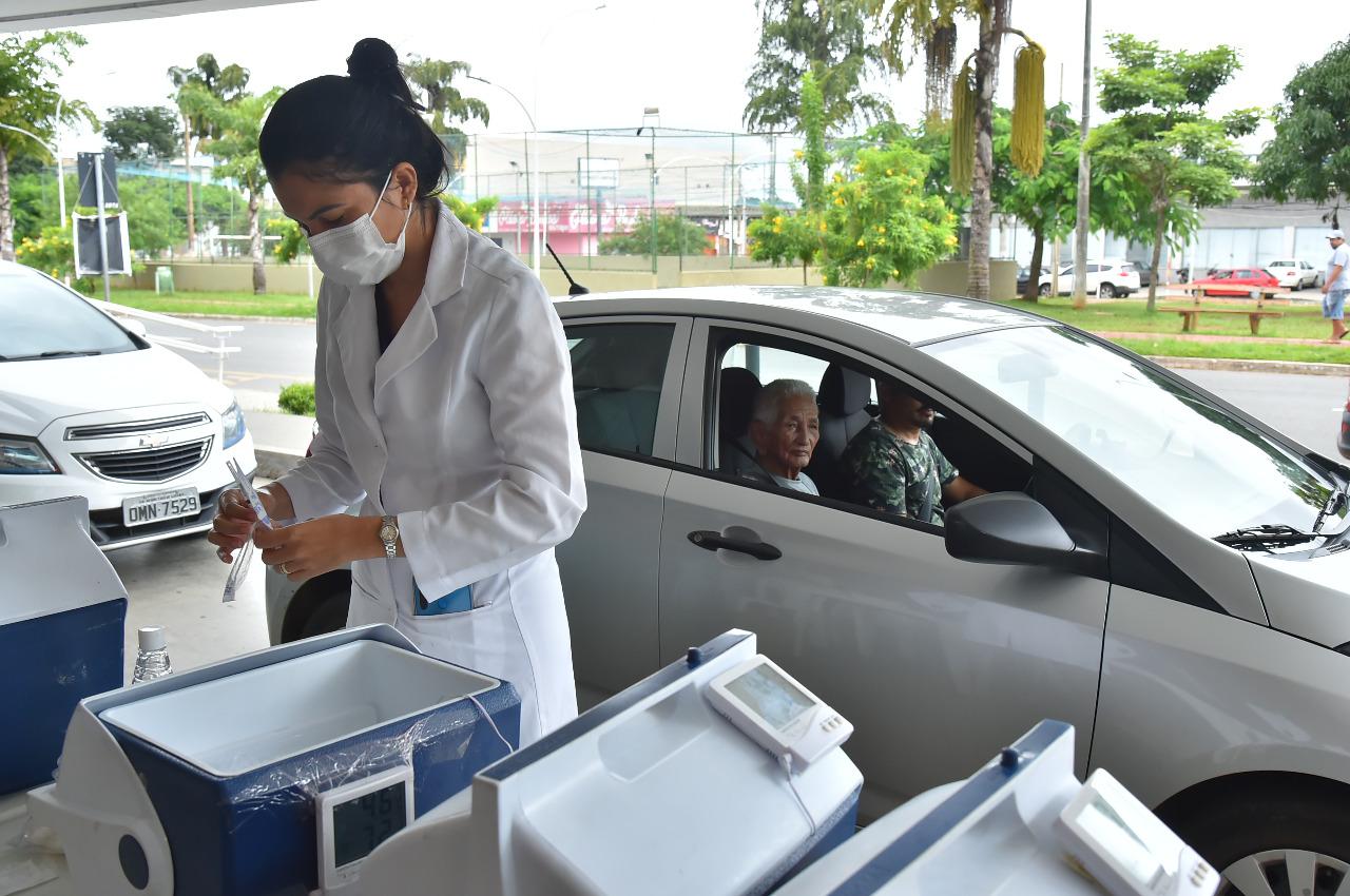 Prefeitura monta posto de vacinação drive-thru em frente ao Aparecida Shopping