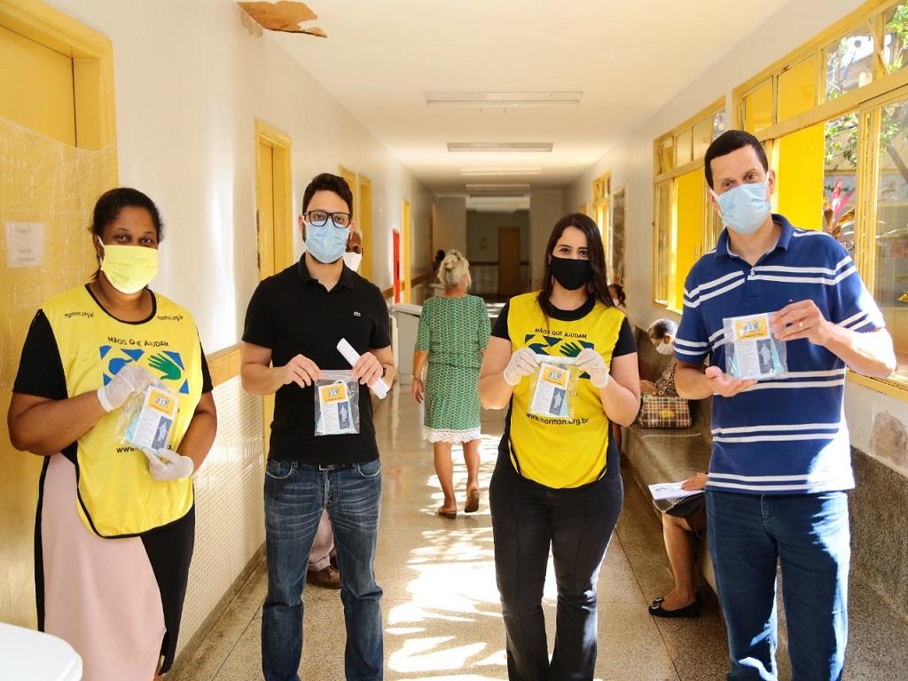 Volunt�rios doam m�scaras para usu�rios do Cais Nova Era em Aparecida de Goi�nia