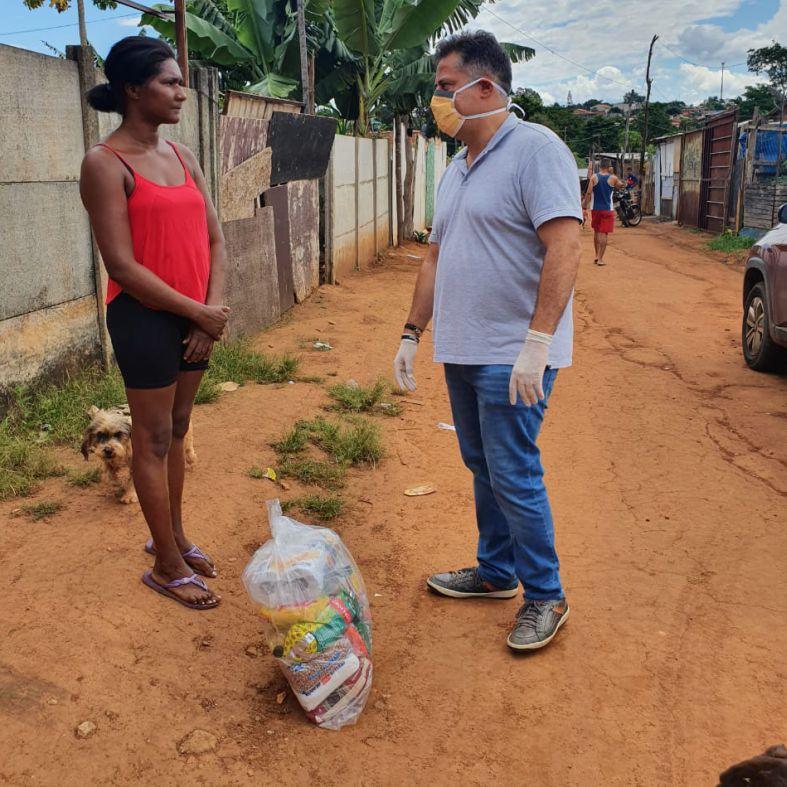 Deputado goiano entrega 500 cestas b�sicas em regi�es carentes de Goi�s