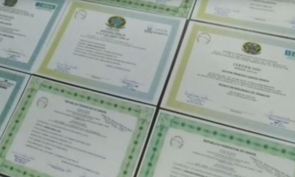 Dupla � presa suspeita de falsificar e vender diplomas universit�rios
