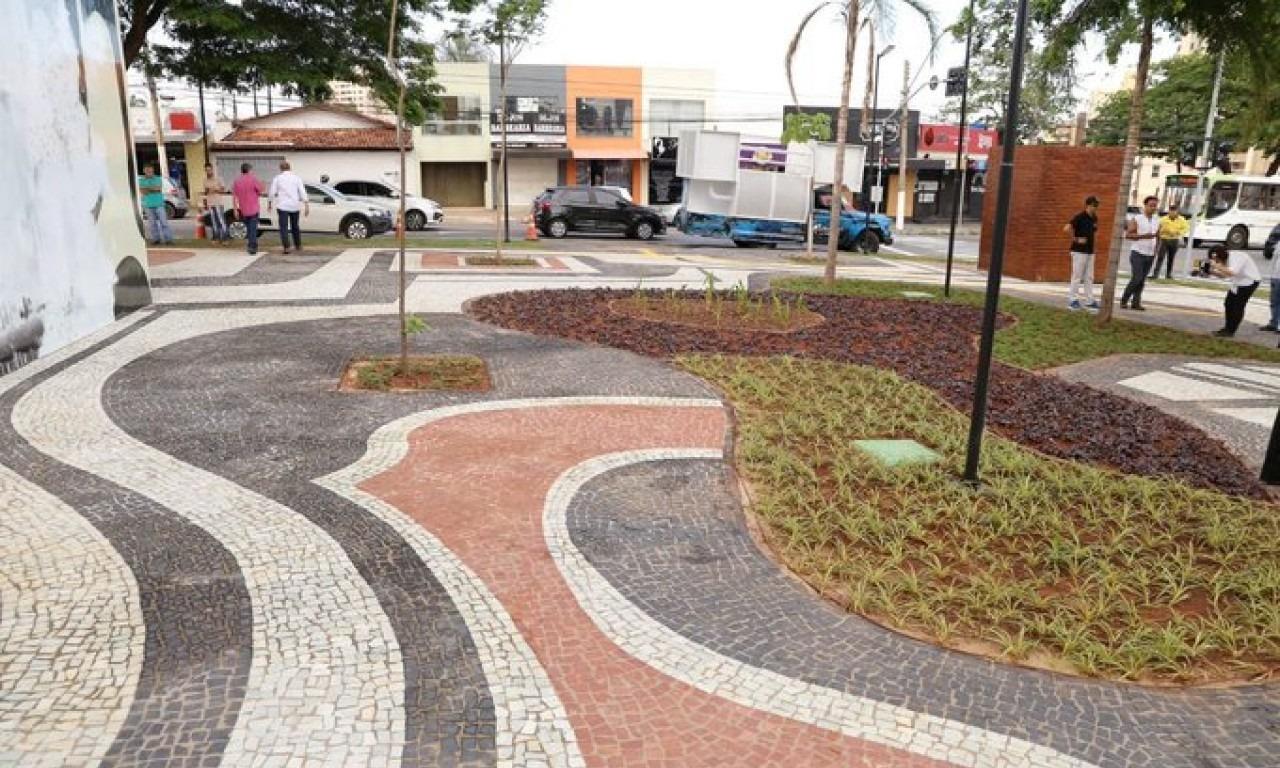 Prefeitura entrega pra�a revitalizada com ajuda da iniciativa privada